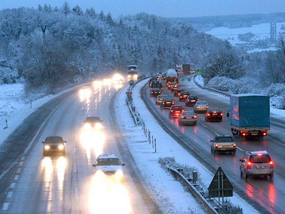 Kamiony a sníh zapříčiňují dopravní zácpy na D1