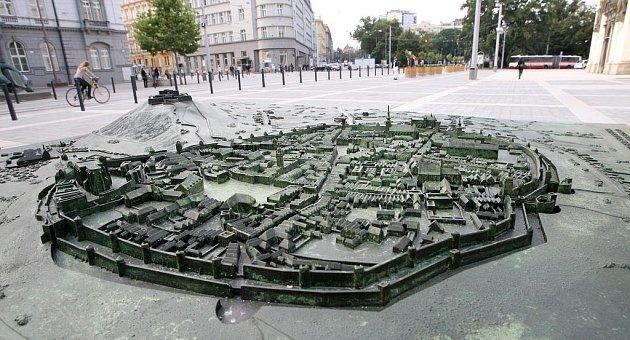 Moravské náměstí vBrně zdobí plastická mapa města.