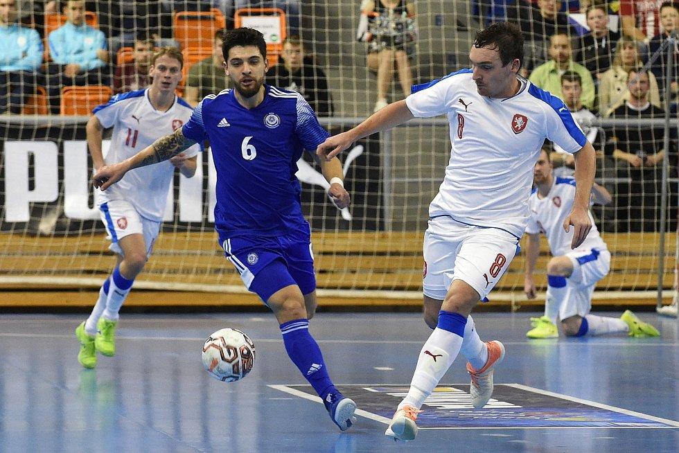 Brno 5.2.2020 - kvalifikační turnaj na futsalové MS 2020 - ČR Matěj Slováček (bílá) Kazachstán Leo (modrá)