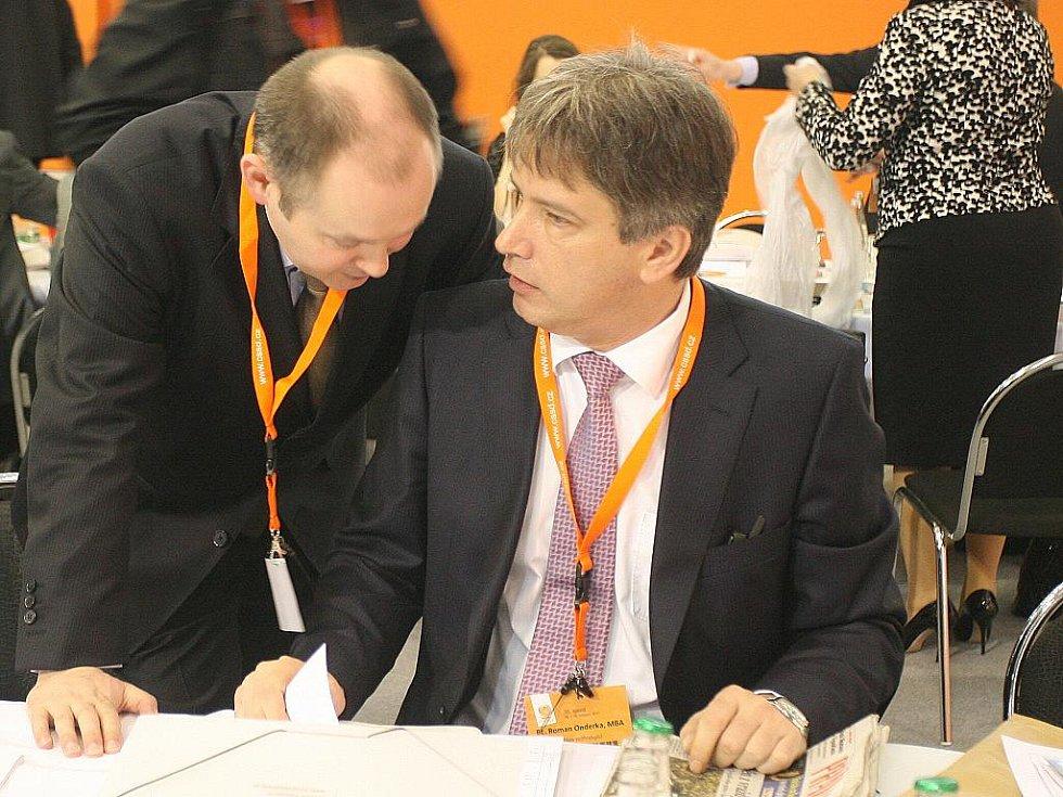 Michal Hašek (vlevo) a Roman Onderka na brněnském sjezdu sociálních demokratů.