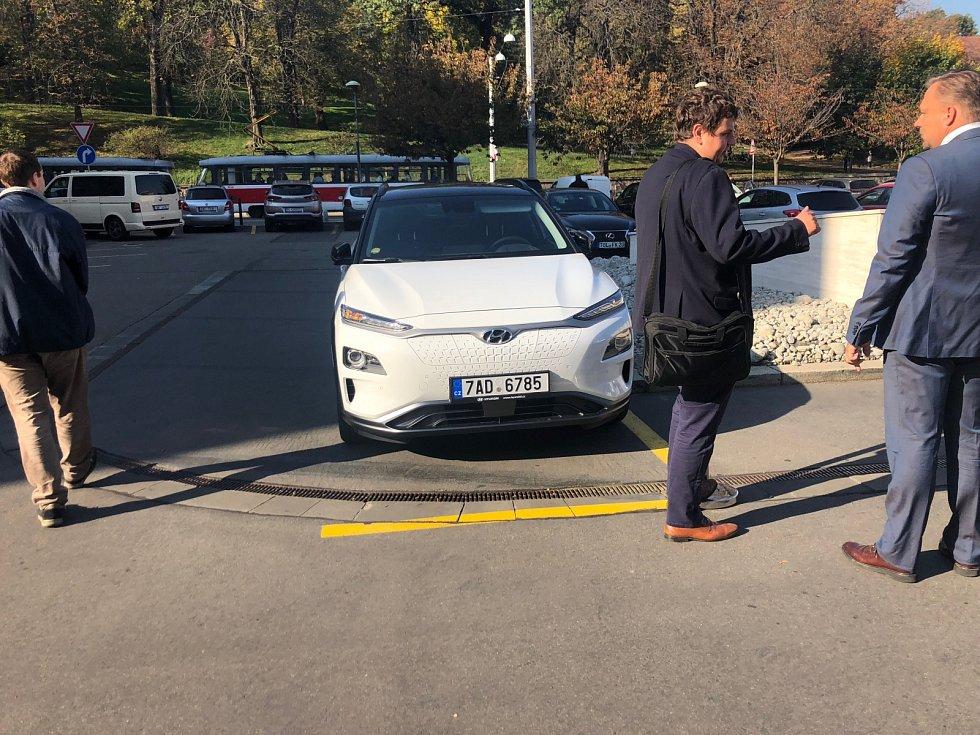 Lidé je vidí, ale téměř neslyší. Spanilá jízda elektromobilů dorazila do Brna
