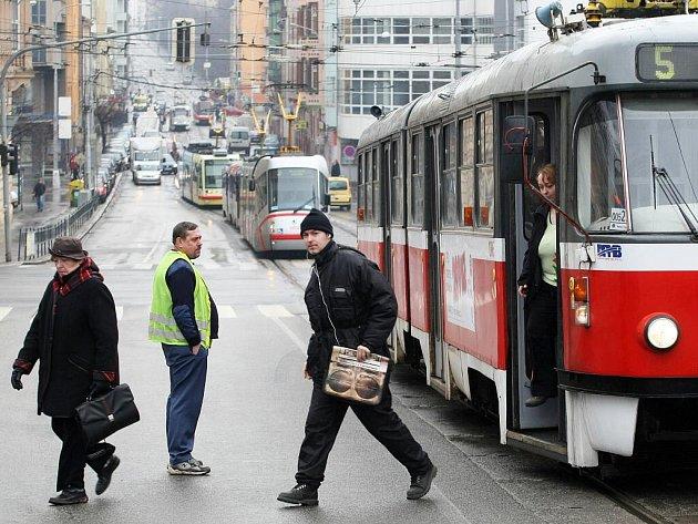 Zřejmě zkratovaná měnírna ochromila ve čtvrtek ráno tramvajovou dopravu v centru města. Dopravní podnik nasadil na linky náhradní autobusy a zanedlouho tramvaje zprovoznil díky náhradnímu zdroji.