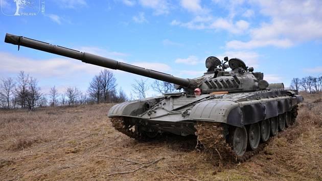 Tanky pojíždějí půdu v přírodní památce Na cvičišti.