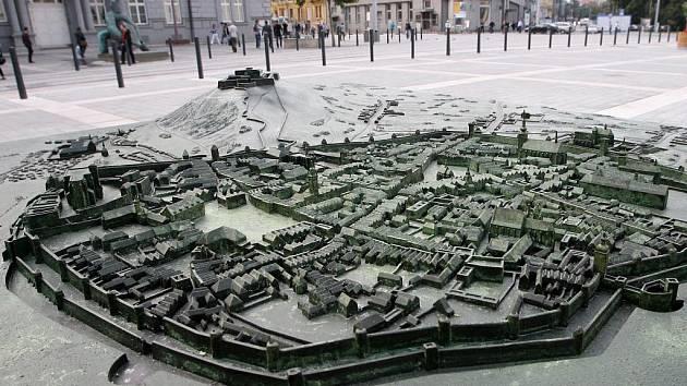 Moravské náměstí v Brně zdobí plastická mapa města.