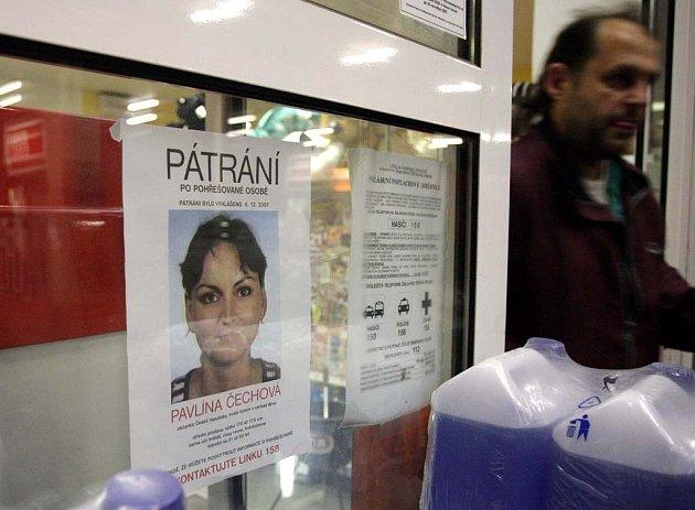 Druh Pavlíny Čechové rozvěsil po městě stovky plakátů s jejím portrétem.
