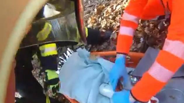 Vyšel si na procházku do lesa, zpátky jej odvážel vrtulník. Muže středního věku v sobotu v lese nedaleko Rozdrojovic postihl infarkt. Záchranářům museli kvůli náročnému lesnímu terénu pomáhat i hasiči. Přenášeli pacienta do vrtulníku.