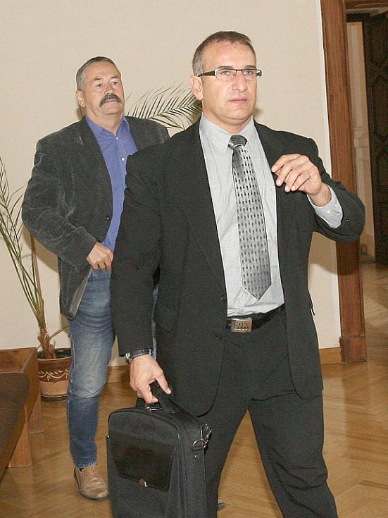 Robert Složil (vzadu) a Martin Kohút u brněnského soudu.