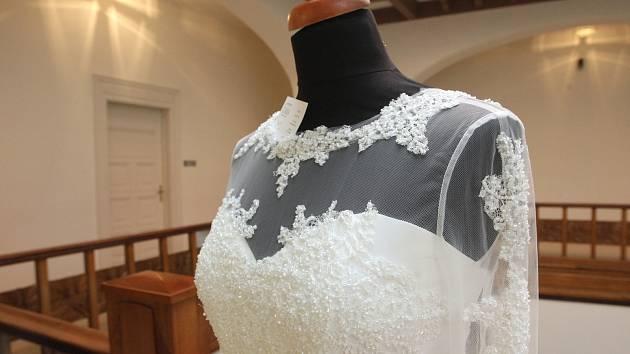 Ukázky svatebních šatů, líčení nebo svatebního účesu ve vile Löw-Beer.