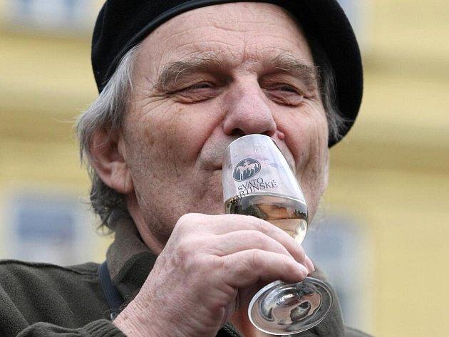 Vinaři otevřeli v pátek v jedenáct hodin dopoledne symbolické první lahve takzvaného Svatomartinského vína.