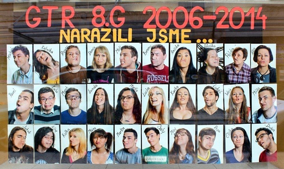Obličeje rozpláclé o skleněnou desku najdete na tablu osmého ročníku víceletého třebíčského gymnázia. Tablo tamních studentů nese název Narazili jsme...