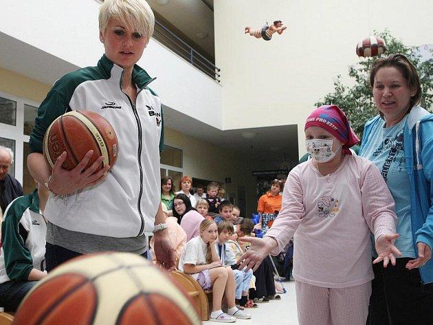 Basketbalistky brněnského Valosunu navštívily nemocné děti v Dětské nemocnici.