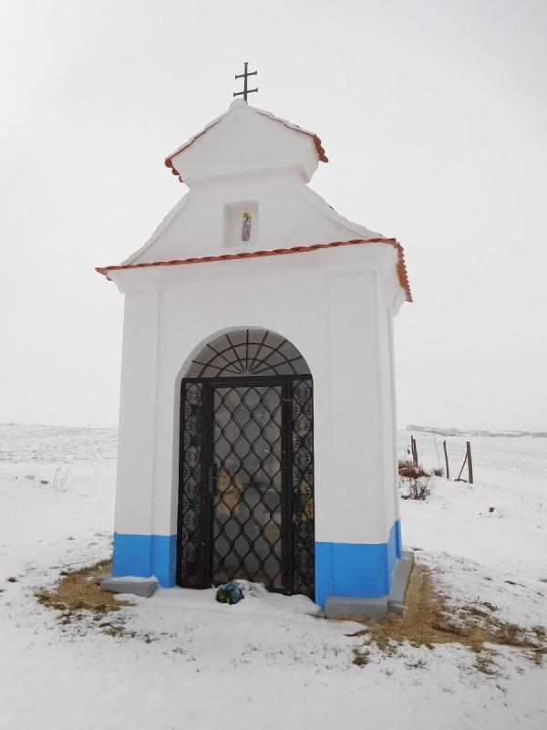 Drobná klasicistní kaplička sv. Jana Nepomuckého ve Vracově.