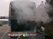 K požáru autobusu vyjeli v sobotu dopoledne hasiči na dálnici D1. U sjezdu na Kývalku na 182. kilometru ve směru na Prahu tam skončil svou jízdu autobus s dvaatřiceti cestujícími a dvěma řidiči.