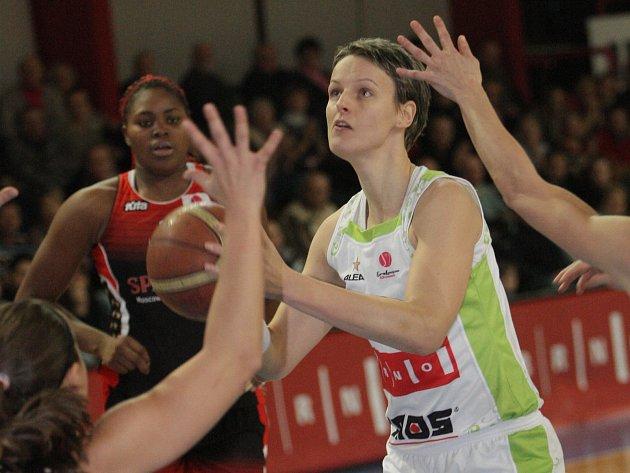 NOVÁ KAPITÁNKA. Slovenská pivotka Anna Jurčenková (na snímku s míčem) si poprvé v kariéře vyzkouší roli kapitánky. Funkci převzala po bývalé reprezentantce Haně Horákové, která po minulé sezoně ukončila kariéru.