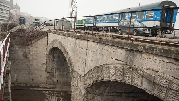 Zbytky nejstaršího železničního viaduktu v Brně.
