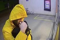 Televizními kriminálkami se zřejmě inspiroval zloděj, který se nedávno vloupal do domu ve Šlapanicích na Brněnsku. Aby nešel poznat, maskoval se žlutou pláštěnkou a kvůli obavám ze stop si na boty natáhl ponožky.