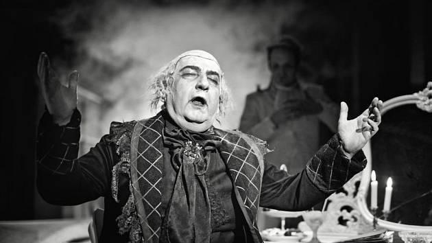 Miroslav Donutil v roli Salieriho.