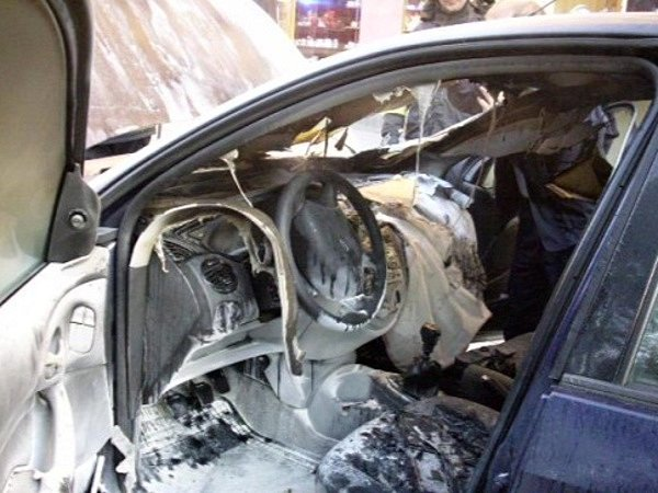 Na Moravském náměstí shořelo auto. Vzplál mu motor.