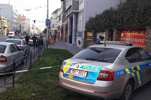 V Palackého ulici v Brně se v úterý střílelo. Na místě je jeden mrtvý a jeden zraněný.