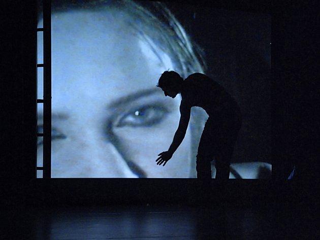 Taneční divadlo Camoufl•AGE choreografa Jana Kodeta, které do Reduty zavítá 5. září, si dělá legraci z mediálních ikon.