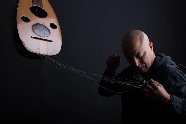 Tuniský zpěvák a hráč na arabskou loutnu Dhafer Youssef.