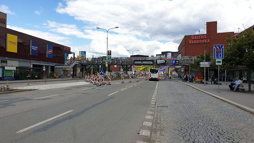 Dopravní omezení v Úzké ulici mezi galerií Vaňkovka a obchodním domem Tesco v Brně v neděli 12. července odpoledne.