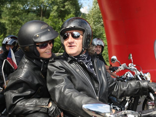 Za zvuku policejních sirén projížděly desítky motorkářů na strojích Harley-Davidson Brnem.