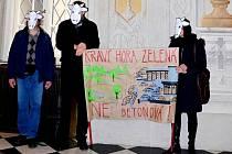 Protestní akce občanského sdružení Masarykova čtvrť na úterním zasedání zastupitelstva města Brna.