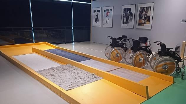 Lidé si ve VIDA! centru mohou vyzkoušet například jízdu na vozíčku po různém povrchu.