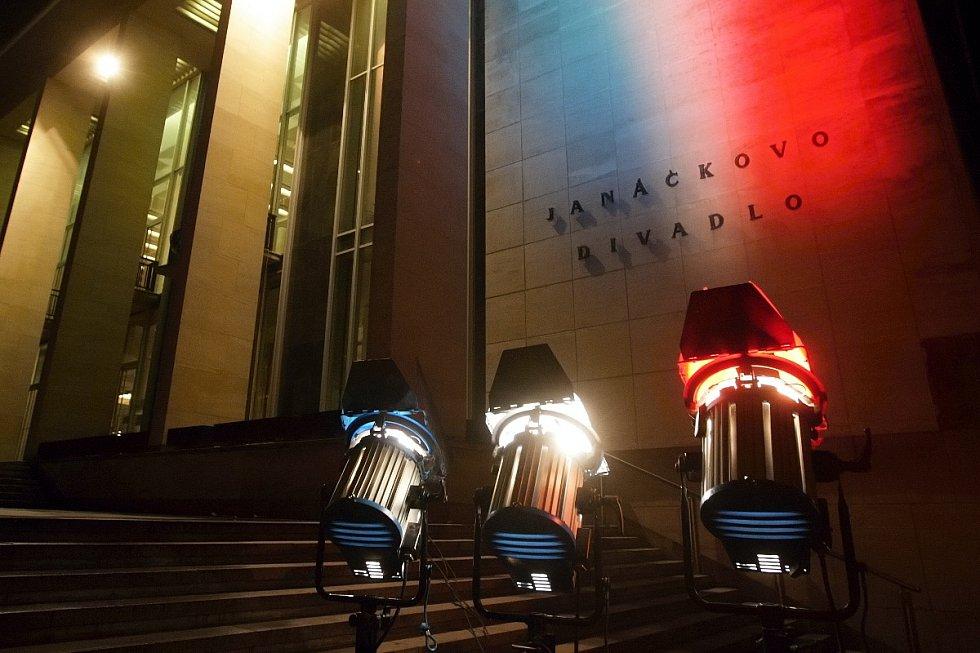 Janáčkovo divadlo v Brně se obléklo do barev francouzské trikolóry.