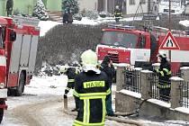Požár osobního automobilu v Babicích nad Svitavou na Brněnsku. Chytl od něj také rodinný dům.