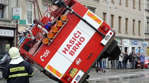 Převrácená hasičská cisterna v Brně.