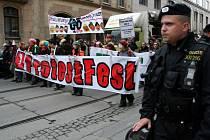 Pochod městem hlídají stovky policistů