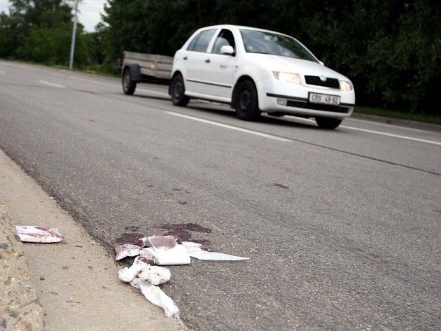 Pozůstatky po zranění na silnici. Obvazové zdravotnické materiály