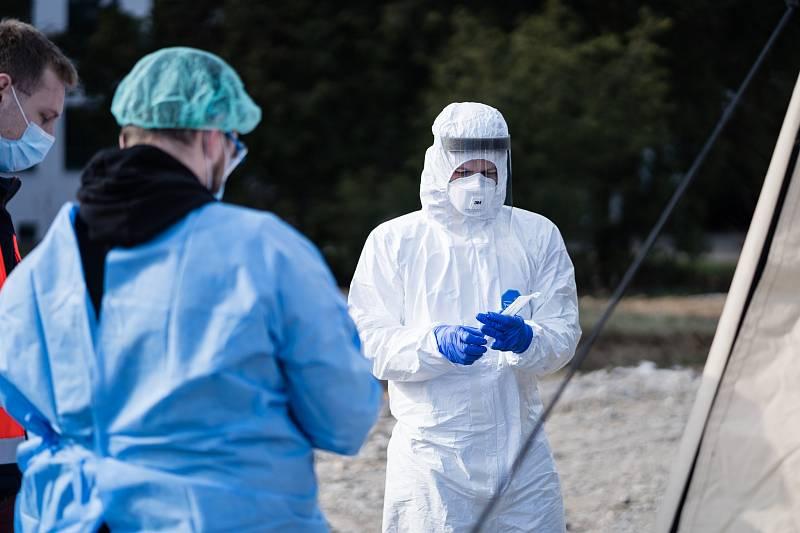 Medici z pátých a šestých ročníků Masarykovy univerzity Brno jsou součástí týmů speciálních odběrových stanů u Fakultní nemocniceBrno, kde spolu s personálem nemocnice ode dneška odebírají vzorky od lidí s podezřením na koronavirus.