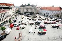 Situace na Zelném trhu není přehledná. Počet prodejců, kteří na náměstí své zboží nabízejí, se i podle zjištění Brněnského deníku Rovnost neustále liší, někdy výrazným způsobem.
