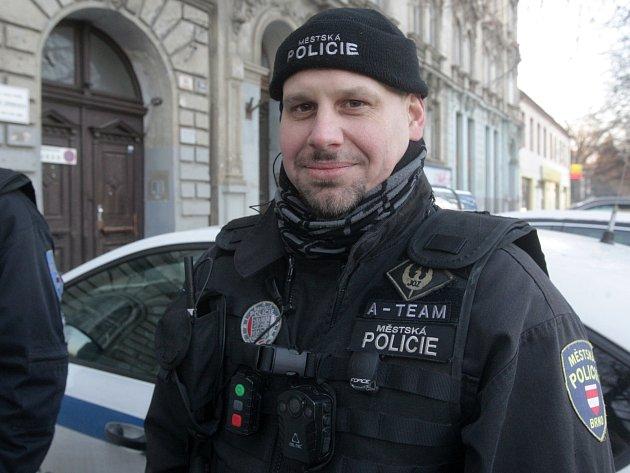 Dvojice městských policistů pomáhala při prosincovém požáru vbrněnské městské části Lesná. Na snímku Dušan Kuba.