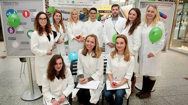 Studenti farmacie v úterý radili návštěvníkům v modřické Olympii, kdy a jak antibiotika užívat. Z dotazníků totiž vyplývá, že pacienti nevracejí nepoužité léky do lékárny, ale nechávají je doma a pak si je sami naordinují.