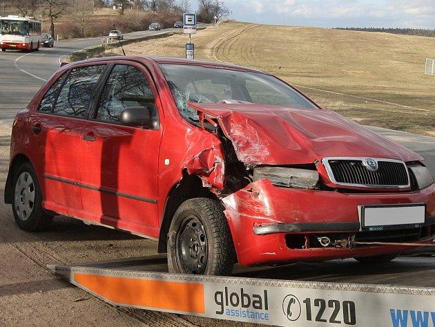 U Panské Líchy se srazilo auto s autobusem. Při silném nárazu se zranili řidič osobního auta a také jeho spolujezdkyně.