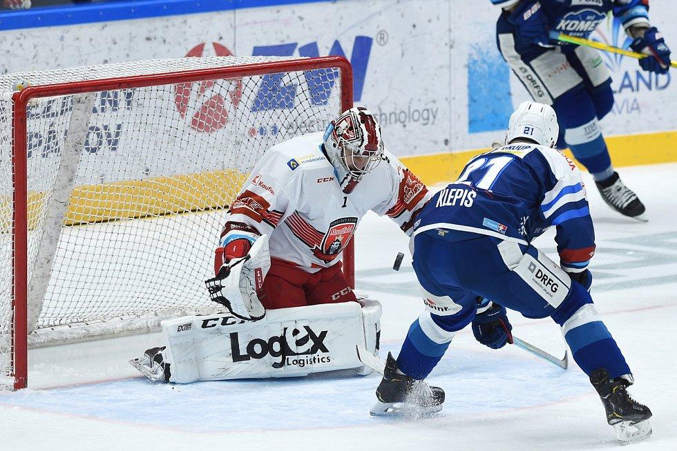 Brno 17.1.2021 - domácí HC Kometa Brno v modrém (Jakub Klepiš) proti Mountfield Hradec Králové (Štěpán Lukeš)