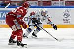Domácí HC Kometa Brno Tomáš Plekanec (bílá) proti HC Oceláři Třinec (červená)