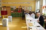 Volební místnost v Základní škole Janouškova, Brno.