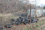 Stovky pneumatik lidé nelegálně nechali v brněnských Židenicích. Jsou v ulici Pod sídlištěm.