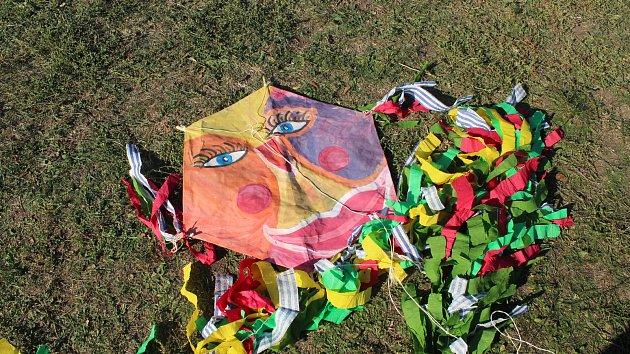Nebe nad Kraví horou v Brně zaplnili draci.Děti si je vyráběly přímo na místě.