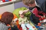 Dárky pro malé pacienty popáleninového centra brněnské Fakultní nemocnice přivezli dobrovolní hasiči z Velké Bíteše.