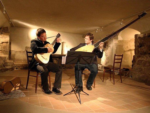 Chilský virtuos Cristian Gutiérrez pomocí tónů barokní kytary představil pulzující taneční hudbu starého kontinentu přelomu sedmnáctého aosmnáctého století.