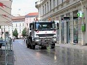 Kropení ulic vodou v Brně.