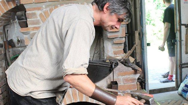 Hamerským mlýnem zní tlukot kladiv. Obřanský obr ukázal kování pantů na dveře