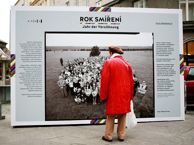 Instalace, která má připomínat letošní květnový pochod z Pohořelic do Brna, byla v pondělí odpoledne odhalena v rámci projektu Rok smíření na křižovatce České a Solniční ulice.