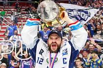 Leoš Čermák se raduje z vítězného titulu Komety.
